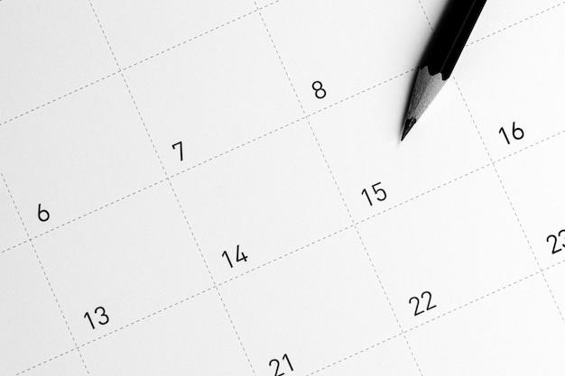 Het potlood wijst naar de 15 in de kalender.
