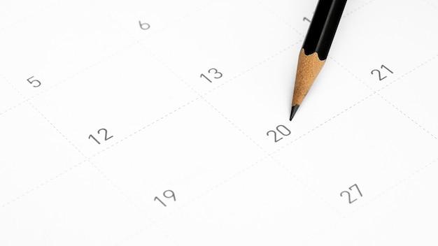 Het potlood wijst naar de 20 in de kalender.