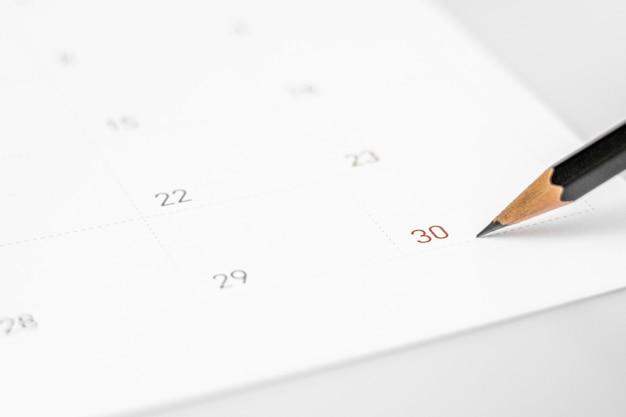 Het potlood wijst naar de 30 in de kalender.