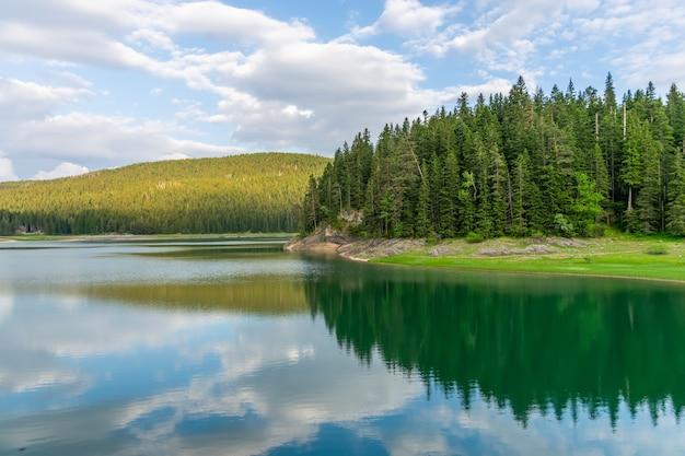 Het prachtige black lake ligt in het nationaal park durmitor in het noorden van montenegro.