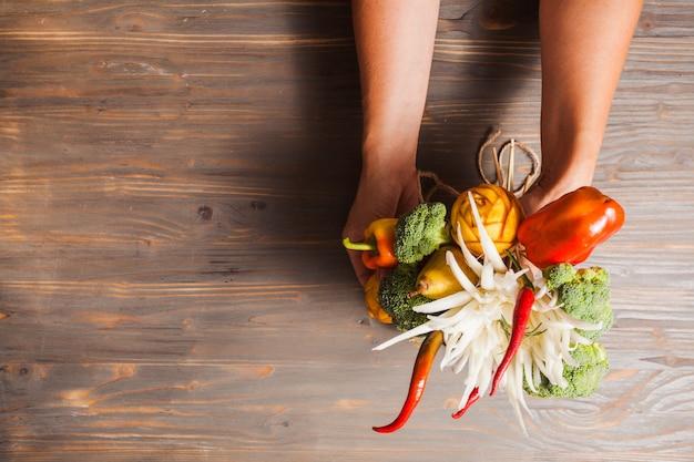 Het prachtige eten - eetbaar boeket met gesneden fruitbloemen en groenten in rustieke stijl