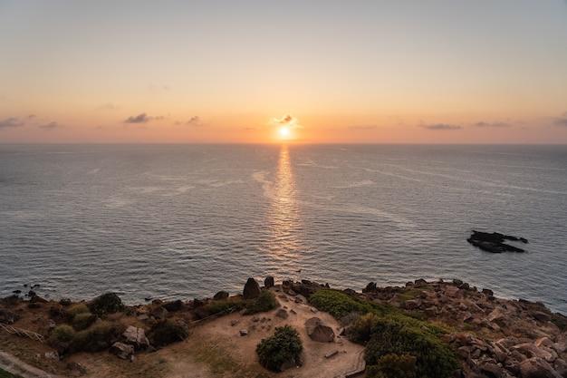Het prachtige italiaanse eiland sardinië in de middellandse zee bij zonsondergang.