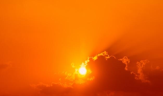 Het prachtige licht van de zon schijnt vóór zonsondergang door de wolken.