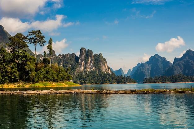 Het prachtige meer bij cheow lan dam ratchaprapha dam, khao sok national park, thailand