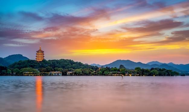 Het prachtige natuurlijke landschap en de oude architectonische pagodes van west lake in hangzhou