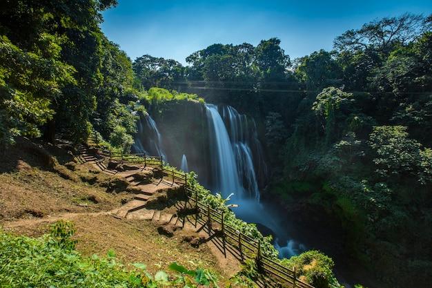 Het prachtige pad om naar beneden te gaan naar de pulhapanzak-waterval aan het yojoameer, verticale foto. honduras