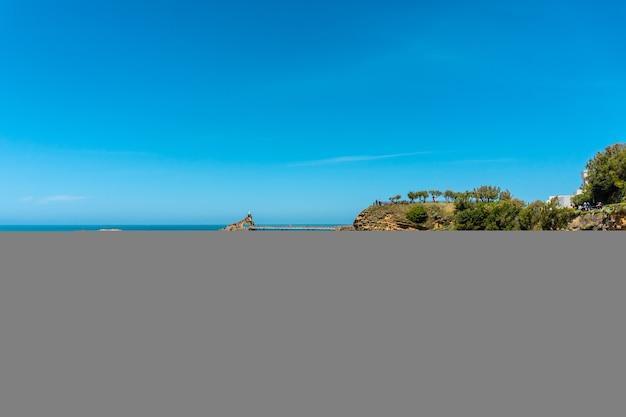 Het prachtige plage du port vieux op een zomerse middag waar je zwemmers kunt zien zwemmen