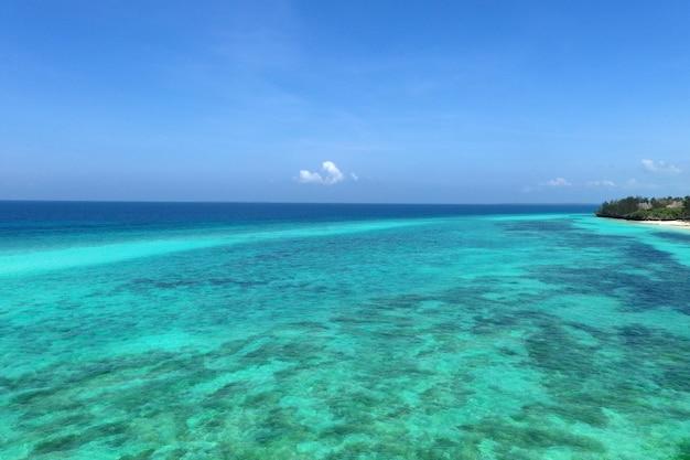 Het prachtige tropische eiland zanzibar luchtfoto. zee in het strand van zanzibar, tanzania.