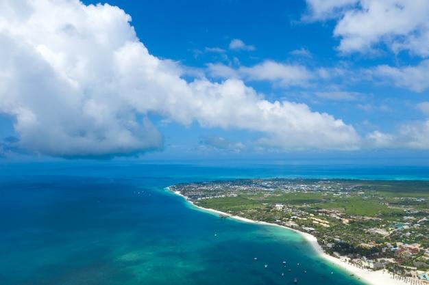 Het prachtige tropische eiland zanzibar vanuit de lucht bekijken. zee in zanzibar strand, tanzania.