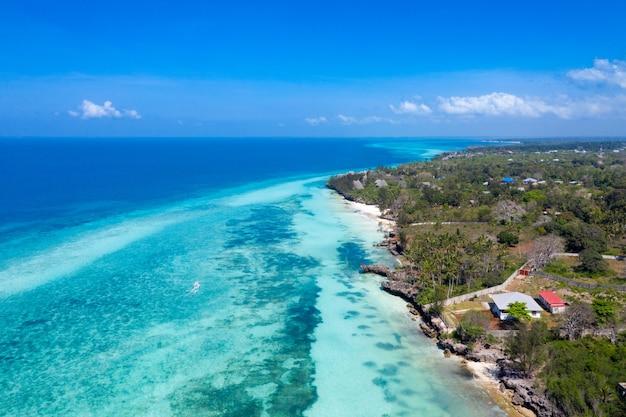 Het prachtige tropische eiland zanzibar vanuit de lucht. zee in het strand van zanzibar, tanzania.