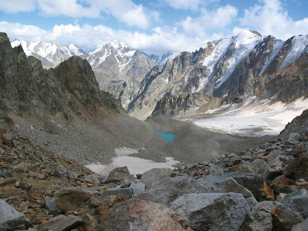 Het prachtige uitzicht op de met sneeuw bedekte bergen van de kaukasus in de wolken