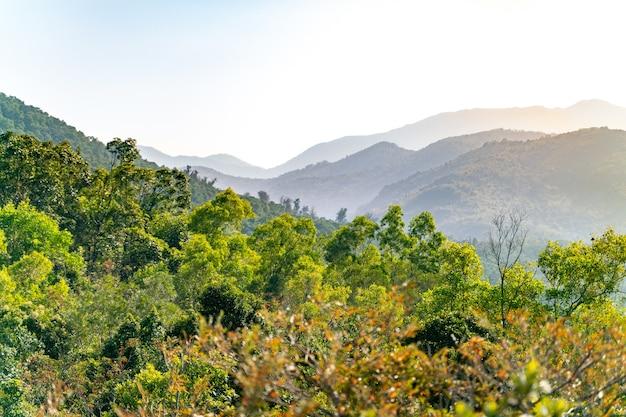 Het prachtige uitzicht op het spoor in het sai kung east country park in hong kong