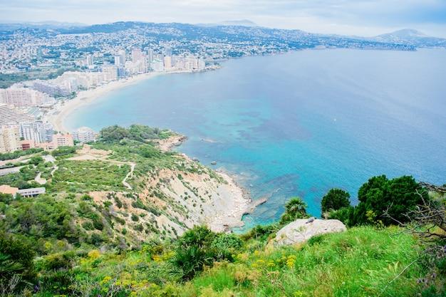 Het prachtige uitzicht vanaf de beroemde rots penon de ifach van aan de costa blanca naar de kust van de stad calpe, spanje.