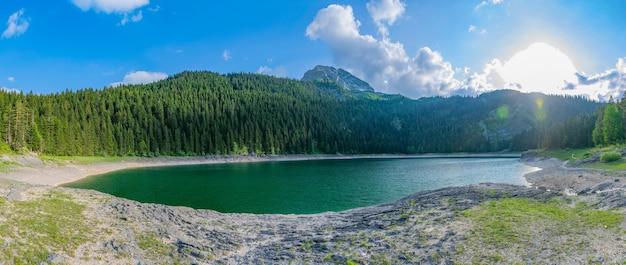 Het prachtige zwarte meer ligt in het nationaal park durmitor in het noorden van montenegro.