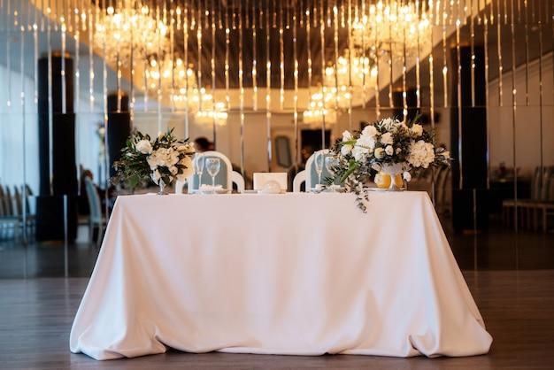 Het presidium van het bruidspaar in de feestzaal van het restaurant is versierd
