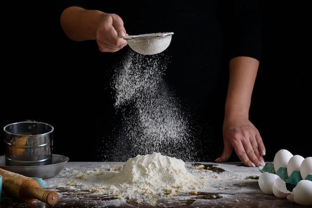 Het proces om desserts te maken. slagroomtaarten, muffins, koekjes, boodschappen. de keuken en banketbakker maakt desserts.