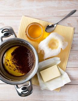 Het proces van het bereiden van traditionele indiase ghee-boter: gieten en filteren door kaasdoek