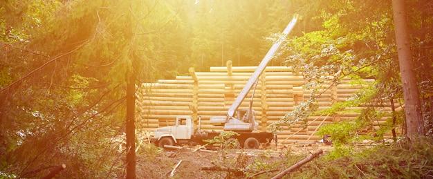 Het proces van het bouwen van een houten huis van houten balken