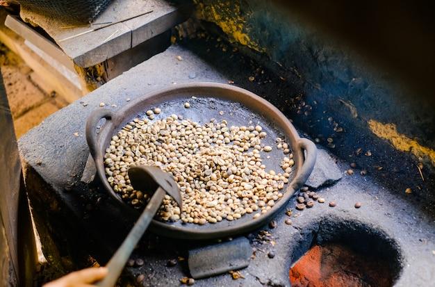 Het proces van het branden van koffiebonen in bali, luwak-koffie