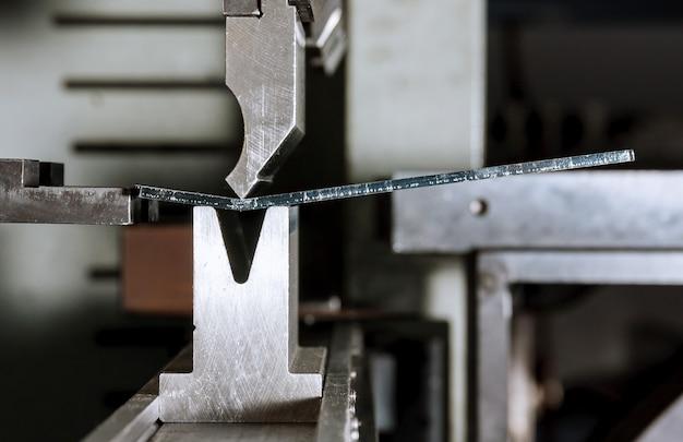 Het proces van het buigen van plaatwerk op een hydraulische buigmachine. metaalbewerkingsfabriek.