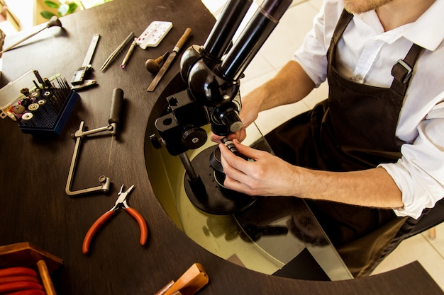 Het proces van het maken en polijsten van een ringclose-up. bovenaanzicht