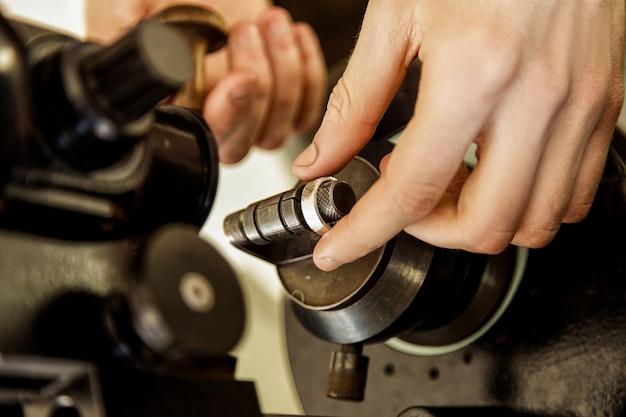 Het proces van het maken en polijsten van een ringclose-up