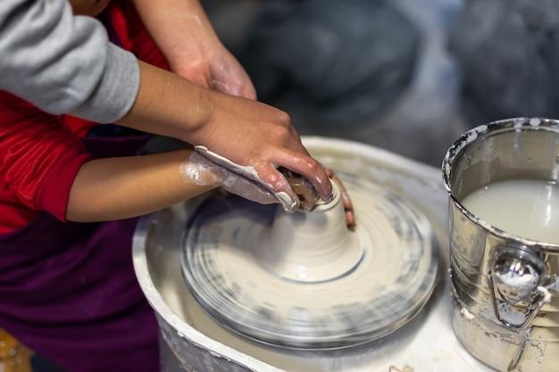 Het proces van het maken van aardewerk in een pottenbakkerij