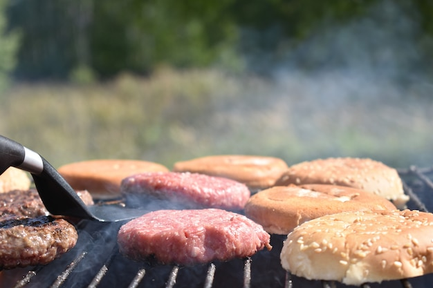 Het proces van het maken van hamburgers op de grill in de tuin