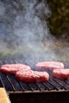 Het proces van het maken van hamburgers op de grill