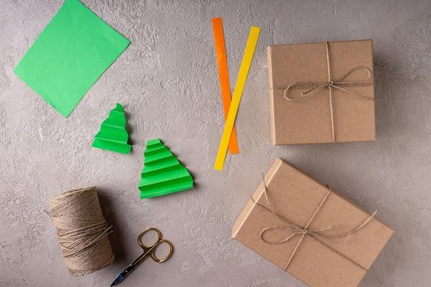 Het proces van het maken van milieuvriendelijke papieren kerstcadeaus