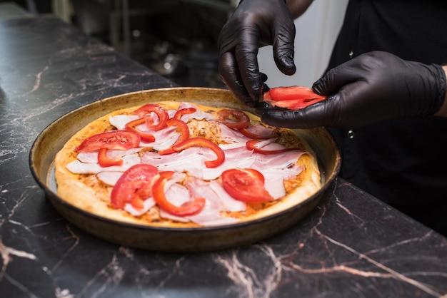 Het proces van het maken van pizza carbonara. ongezond en lekker eten