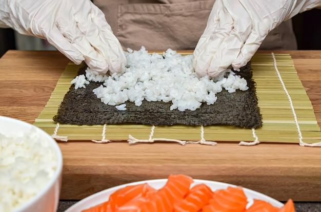 Het proces van het maken van sushi en broodjes, bovenaanzicht, rijst voor sushi.