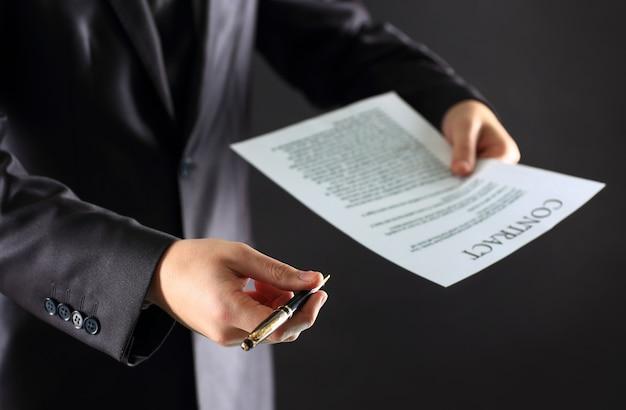 Het proces van het ondertekenen van een nieuw zakelijk contract