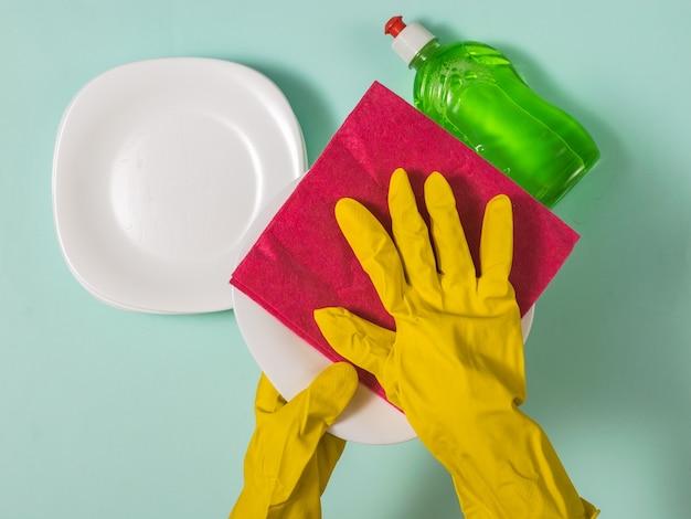 Het proces van het schoonvegen van de witgekalkte vaat. huiswerk. afwassen met de hand.