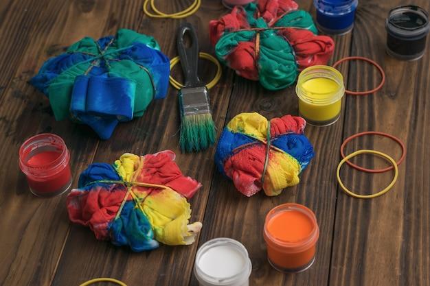 Het proces van het thuis produceren van kleding in tie-dye-stijl. stof beitsen in tie-dye-stijl.
