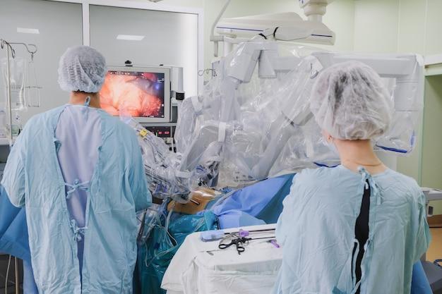Het proces van het uitvoeren van een chirurgische ingreep met behulp van een moderne medische robot van het chirurgische systeem