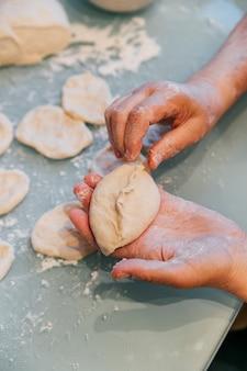 Het proces van werken met het deeg en koken