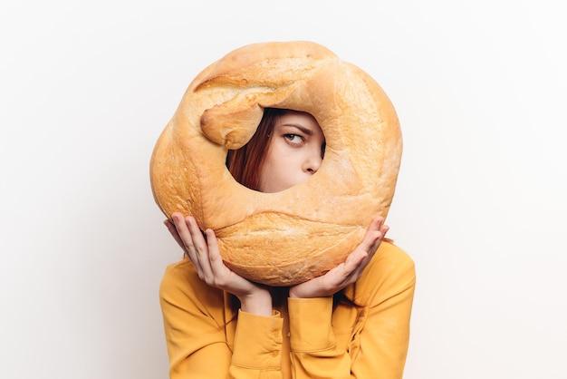 Het product van de broodmeel en vrouwen in geel overhemd op de lichte achtergrond als achtergrond