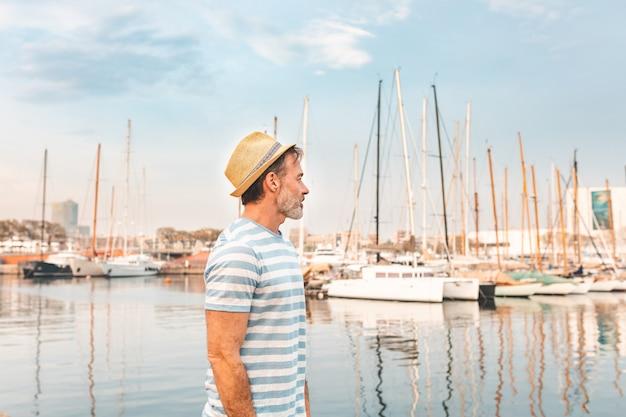 Het profielportret van de mens bij haven in barcelona