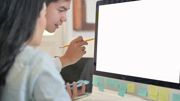 Het programmateam analyseert het programma vanaf de computer.