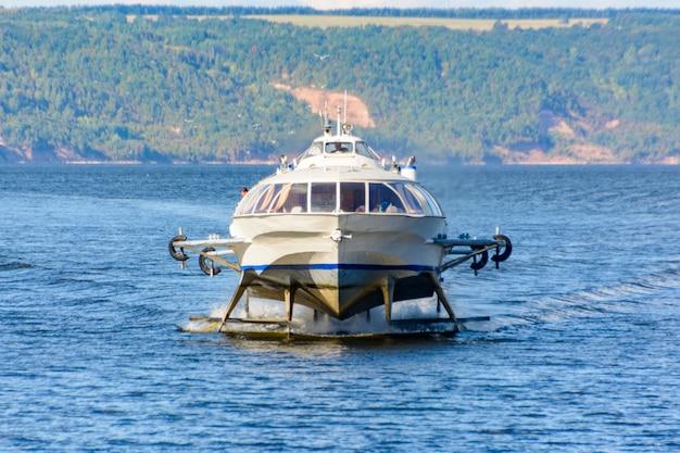 Het project 342e meteor rivier passagiersvleugelboot schip van de rivier de wolga in het midden van de wolga-regio.