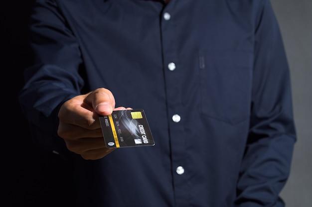 Het publiek gebruikt een zwarte creditcard