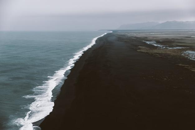 Het punt van de zwart strandmening in reynisfjara, ijsland
