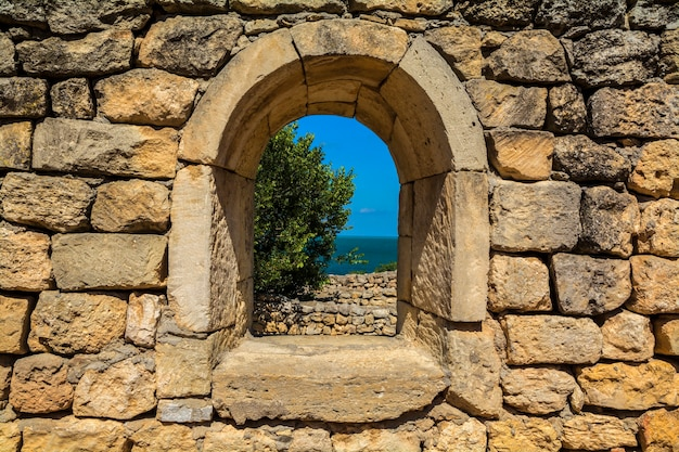 Het raam dat uitkomt in de oude muren van natuursteen.