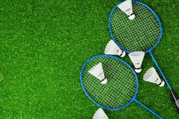 Het rackets en de shuttle van het badmintonspel op gras