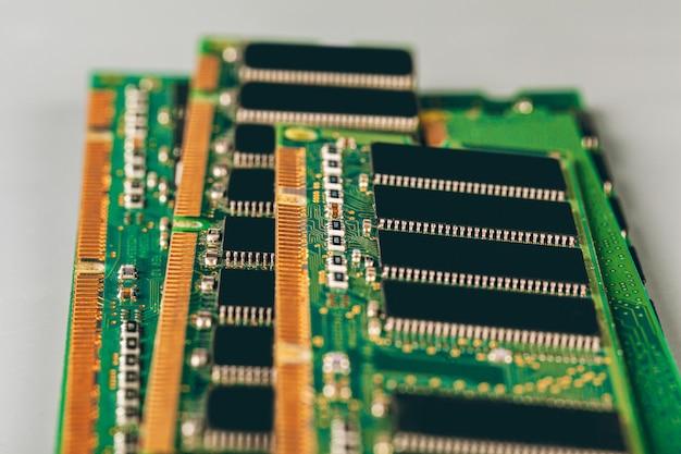 Het ram-geheugen van de computer steekt dicht omhoog