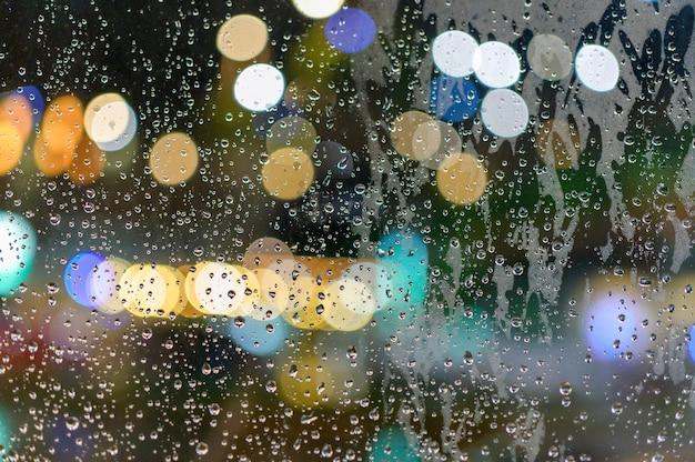 Het regende op het raam. terwijl er licht door het raam valt als bokeh.