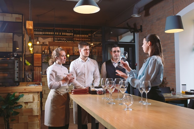 Het restaurantpersoneel leert onderscheid te maken tussen glazen.