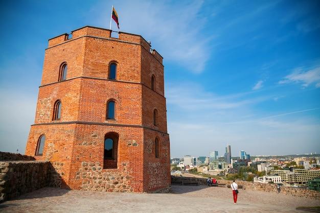 Het resterende deel van het bovenkasteel in vilnius - de gediminastoren, met de stad op de achtergrond