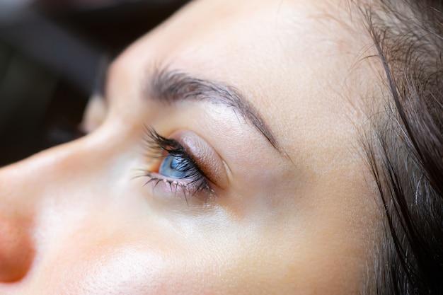 Het resultaat na het aanbrengen van permanente make-up van de oogleden en wimpers